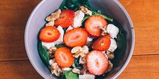 Spinach-Salad-with-Strawberries_iel8gr